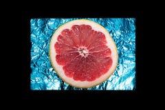 Кусок грейпфрута на голубой фольге Стоковые Изображения RF