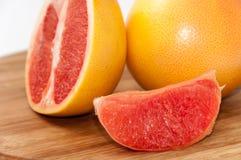 Кусок грейпфрута на деревянной доске Стоковая Фотография