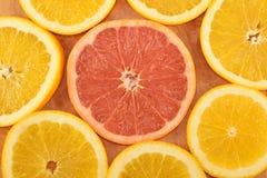 Кусок грейпфрута с оранжевыми кусками Стоковые Фотографии RF