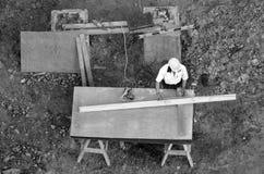 Кусок дерева измерения рабочий-строителя с правителем Стоковое Фото