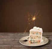 Кусок именниного пирога с бенгальским огнем Стоковые Изображения RF