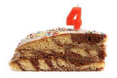 Кусок именниного пирога с 4 свечи Стоковое Фото