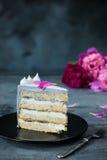 Кусок именниного пирога с цветки над голубой предпосылкой Стоковая Фотография RF