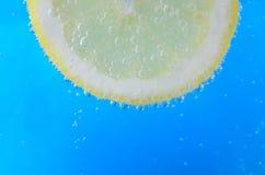 Кусок лимона в сверкная воде Стоковое Фото