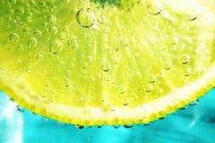 Кусок лимона в сверкная воде Стоковые Фотографии RF