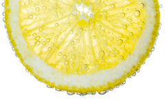 Кусок лимона в ясной газированной предпосылке пузыря воды Стоковая Фотография RF