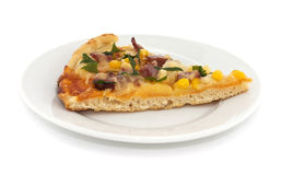 Кусок итальянской пиццы на плите, изолированный на белой предпосылке Стоковые Фотографии RF