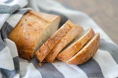 Кусок и нож для разрезания свежего хлеба на деревянном столе стоковое фото rf
