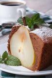 Кусок крупного плана торта груши на белой вертикали плиты Стоковая Фотография
