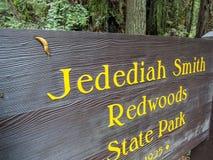 Кусок металла приветствует вас к Redwoods Стоковое Фото