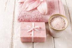 Кусок мыла, шар соли моря, розовое полотенце и лилия цветут Стоковая Фотография RF
