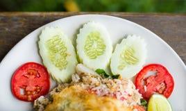 Кусок огурца и томата на жареных рисах Стоковое фото RF