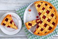 Кусок домодельного пирога кислой вишни Стоковые Изображения
