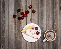 Кусок домодельных пирога и чашки кофе вишни с свежим cherri Стоковые Изображения RF