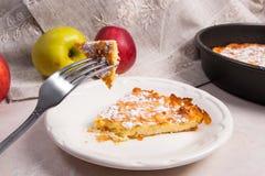Кусок домодельных яблочного пирога и вилки на светлой мраморной предпосылке Стоковые Изображения RF