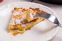 Кусок домодельных яблочного пирога и вилки на светлой мраморной предпосылке Стоковое Изображение