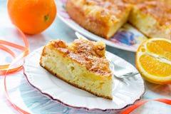 Кусок очень вкусного оранжевого пирога Стоковые Изображения