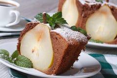 Кусок пирога груши с крупным планом мяты на белой плите горизонтальной Стоковое Изображение RF