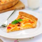 Кусок пирога заварного крема персика стоковые изображения rf