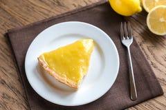 Кусок пирога лимона на плите Стоковое Фото
