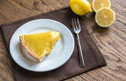Кусок пирога лимона на плите Стоковое фото RF