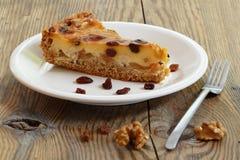 Кусок пирога на деревенской деревянной доске Стоковые Фото