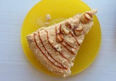 Кусок пирога на желтой плите Стоковые Изображения RF