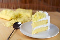 Кусок пирога с сливк хлыста и отбензиниванием заскрежетанного сыра, selectiv Стоковое фото RF