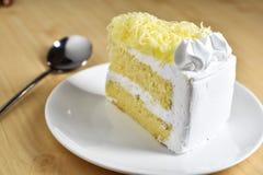 Кусок пирога с сливк хлыста и отбензиниванием заскрежетанного сыра, selectiv Стоковые Фотографии RF
