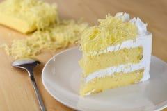 Кусок пирога с сливк хлыста и отбензиниванием заскрежетанного сыра, selectiv Стоковая Фотография RF