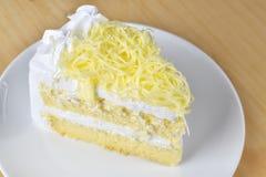 Кусок пирога с сливк хлыста и отбензиниванием заскрежетанного сыра, selectiv Стоковое Изображение RF