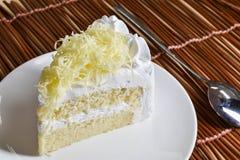 Кусок пирога с сливк хлыста и отбензиниванием заскрежетанного сыра стоковые фотографии rf