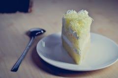 Кусок пирога с сливк хлыста и отбензиниванием заскрежетанного сыра стоковое изображение