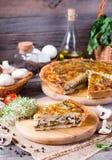 Кусок пирога с цыпленком, грибами и сыром на таблице Стоковые Изображения RF
