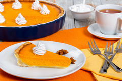 Кусок пирога тыквы - традиционного десерта на благодарение или Стоковая Фотография RF