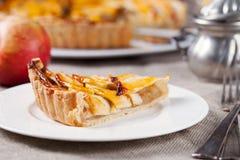 Кусок пирога яблока на предпосылке белого десерта праздника плиты традиционного деревянной деревенской Стоковая Фотография RF