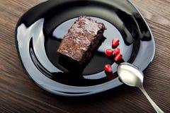 Кусок пирожного на черной плите на деревянном столе Стоковое Фото