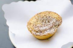 Кусок пиццы Маргариты на белой плите на пирожном tableSweet на таблице Стоковое фото RF