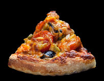 Кусок пиццы на черноте стоковое фото rf