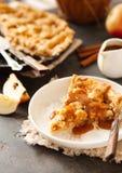 Кусок свеже испеченного яблочного пирога с соусом и циннамоном карамельки стоковые изображения