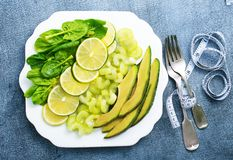 Кусок свежих известки и авокадоа стоковое изображение rf