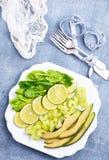 Кусок свежих известки и авокадоа стоковые изображения rf
