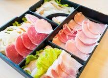 Кусок свинины, креветка, лапши и кусок кальмара на плите Стоковые Изображения RF