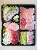 Кусок свинины, креветка, лапши и кусок кальмара на плите Стоковое Изображение RF