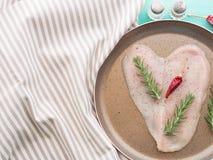 Кусок сформированный сердцем куриной грудки Стоковые Изображения