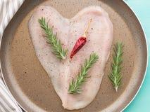Кусок сформированный сердцем куриной грудки Стоковые Изображения RF