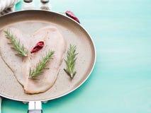 Кусок сформированный сердцем куриной грудки Стоковые Фотографии RF