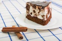Кусок торта губки шоколада с вишней Стоковые Фотографии RF
