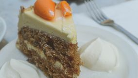 Кусок торта моркови с сливк b Стоковые Изображения RF