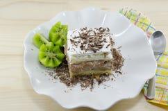 Кусок торта с кивиом гарнирует на плите Стоковые Изображения